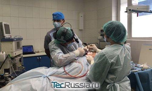 Хирург Тигран Алексанян проводит пластическую операцию Кате Гордон