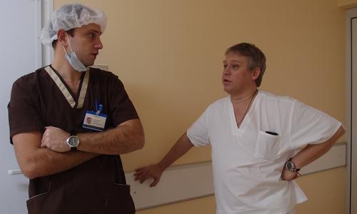 анестезиолог Федор Пендеров и хирург Илья Сергеев