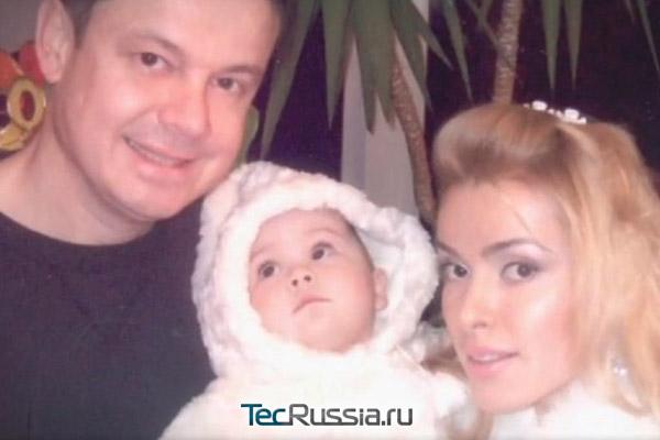 семейное фото с мужем Русланом и дочерью Даниэллой